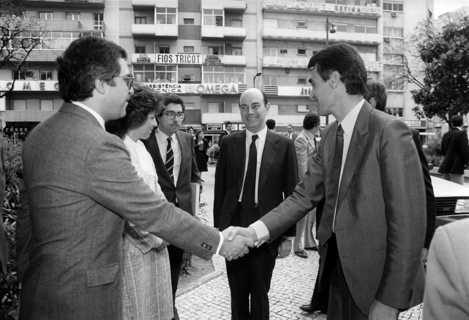Fotografia chegada do Primeiro-ministro, Aníbal Cavaco Silva, às Jornadas.