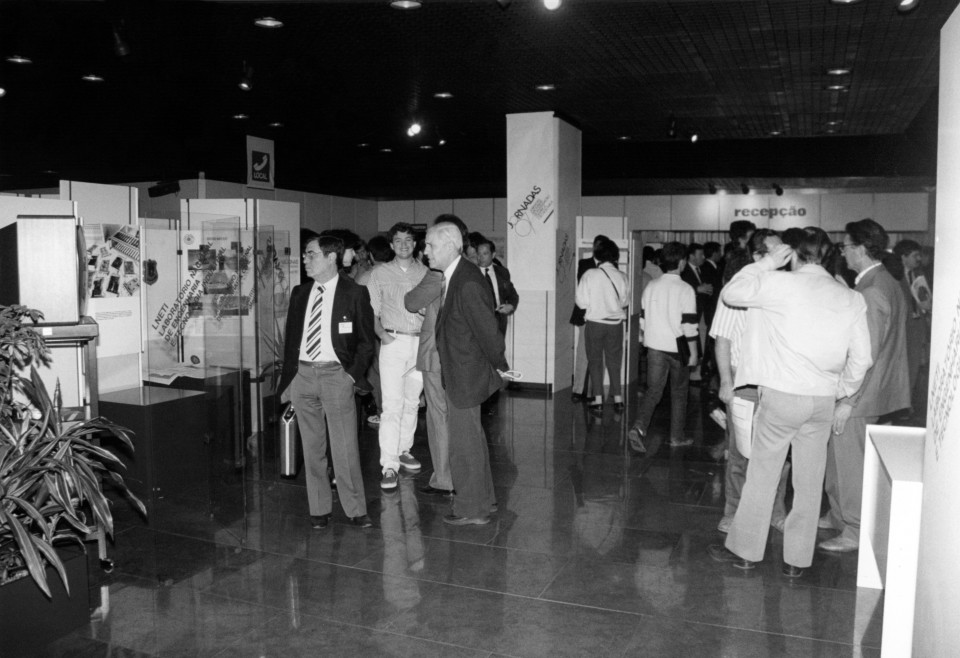 Fotografia stands da exposição nas Jornadas 87