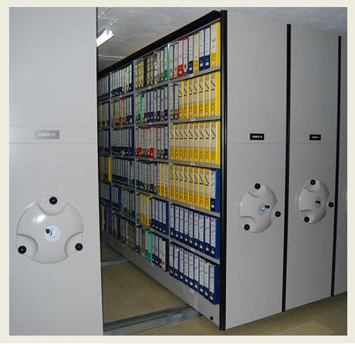 Fotografia estantes amovíveis no depósito de arquivo do ACT