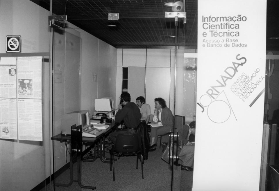 Fotografia Sala de Informação Científica e Técnica para consulta de bases de dados